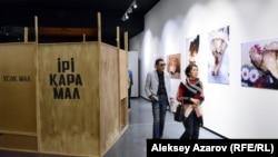 Слева – инсталляция художника Рашида Нурекеева «Ее величество корова», справа – серия его работ с изображениями костей. Алматы, 3 мая 2018 года.
