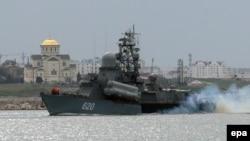 Российский военный корабль в Севастополе