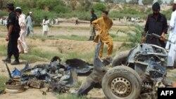 Pakistan - Forcat pakistaneze të sigurisë duke bërë hetime në vendin e ngjarjes ku ka shpërthyer një bombë