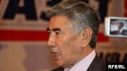 """""""Азат"""" ЖСДП тең төрағасы Жармақан Тұяқбай оппозициялық екі партияның бірігу съезінде. Алматы, 24 қазан 2009 жыл."""