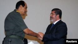 Shefi i armatës egjiptiane, Hysein Tantavi dhe presidenti i Egjiptit Mohamed Morsi 4 gusht, 2012