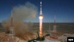 """Ресейлік """"Прогресс М-27М"""" ғарыш кемесін тиеген """"Союз-2"""" зымыран тасығышының ұшырылу сәті. Байқоңыр, 28 сәуір 2015 жыл."""