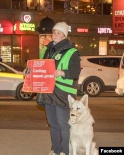 Наталья Конон на одиночном пикете. Фото Дарьи Корниловой