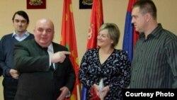 Dragan Marković Palma sa jednim od parova mladenaca koji su dobili novac od Opštine Jagodina, foto: B92