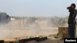 Каддафиге каршы күчтөр Сиртти босогосунан ракета менен атышууда.