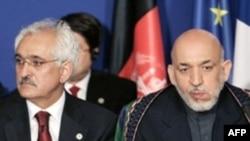 Аз рост -- президенти Афғонистон Ҳомид Карзай ва вазири умури хориҷии ӯ Рангин Додфар Спанта дар конфаронси Порис, 12 июни соли 2008.