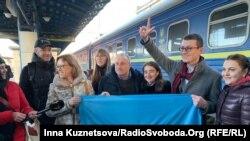 69-річний кримський журналіст Радіо Свобода Микола Семена (в центрі) на залізничному вокзалі в Києві. 19 лютого 2020 року