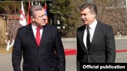 Georgia - Prime Minister Giorgi Kvirikashvili (L) greets his Armenian counterpart Karen Karapetian in Tbilisi, 23Feb2017.