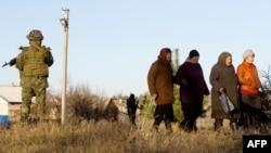Український солдат стоїть поруч з жителями Райгородки, Луганська область, 26 жовтня 2014 року