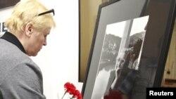 В Музее и общественном центре А.Д. Сахарова к портрету Елены Боннэр приносят цветы