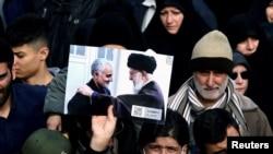 Демонстранти издигат снимка на аятолах Али Хаменей и генерал Солеймани по време на протестно шествие в Иран