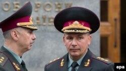 Новый министр обороны Украины Валерий Гелетей вместе с прежним министром Михаилом Ковалем