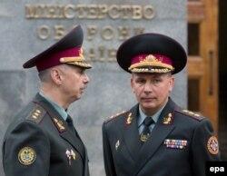 Валерий Гелетей (справа), назначенный в тот момент министр обороны Украины, и его предшественник Михаил Коваль. Киев, 3 июля 2014 года..
