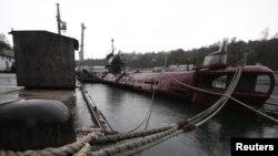 Një nëndetëse ushtarake në qytetin-port Sebastopol