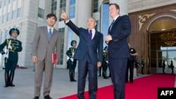 Президент Казахстана Нурсултан Назарбаев встречает британского премьер-министра Дэвида Кэмерона. Астана, 1 июля 2013 года.