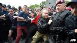 Киевдеги Жаңиш майрамындагы жаңжалга полиция арачы болду.