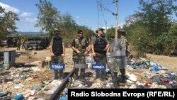 Македонская полиция на границе с Грецией, 23 августа 2014 года.
