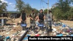 Македонська поліція на місці, де стояли табором мігранти, 23 серпня 2015 року