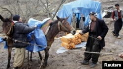 Иранға контрабандалық ішімдік апара жатқан ирактықтар. Ирак, Сүлеймения, 26 қаңтар 2012 жыл. (Көрнекім сурет)