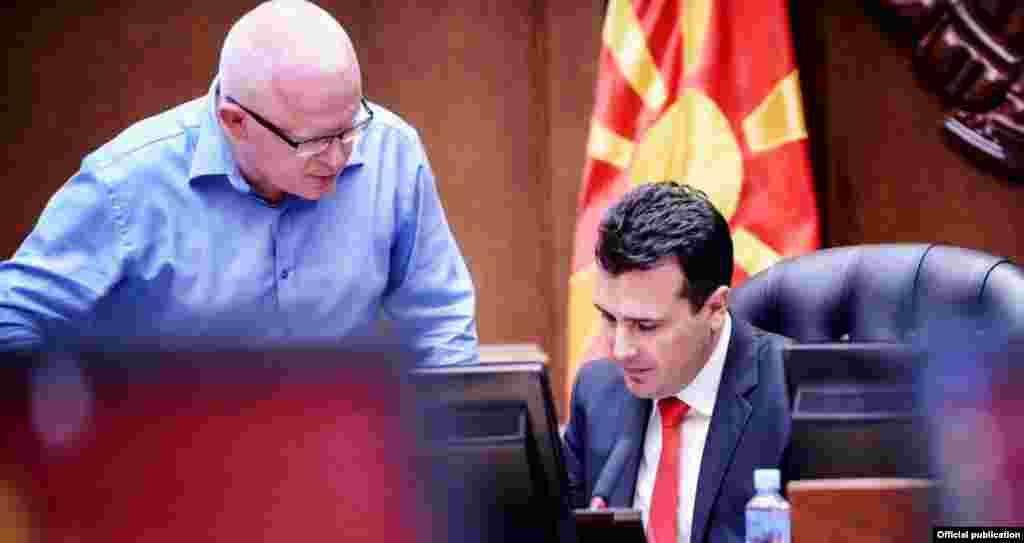 МАКЕДОНИЈА - Премиерот Зоран Заев изјави дека нема да бара оставка од генералниот секретар на Владата, Драги Рашковски по објавата на аудио снимка за случувањата во М-НАВ. Според него, најпрво треба да се согледаат последиците од случајот, па потоа да се донесе одлука. Заев порача дека Рашковски ги исполнува сите свои работни обврски, а и јавно се извинил.