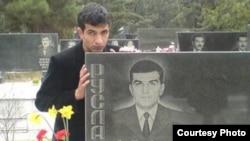 Rövşən Nəzərov dostunun məzarını ziyarət edərkən, 22 mart 2007 Foto: Media Forum