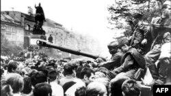 Праганың орталығында совет танктерін қоршап тұрған тұрғындар. Чехословакия, 21 тамыз 1968 жыл.
