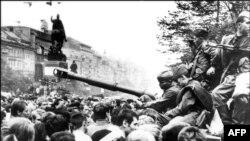 Советский танк на Вацлавской площади в Праге (21 августа 1968 года)