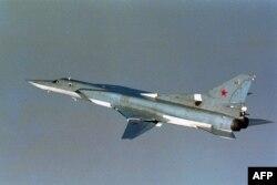 Российский бомбардировщик Ту-22 в международном воздушном пространстве в Арктике. Фото снято норвежскими военными 17 августа 2007 года.