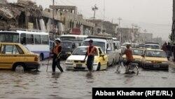 شارع في بغداد وقد غمرته مياه الامطار(من الارشيف)