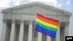 Сторонники однополых браков пикетируют Верховный суд США.