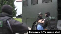 Күдіктілердің ұсталуы. Жергілікті телеарна көрсеткен видеодан скриншот. Минск, 29 шілде 2020 жыл.