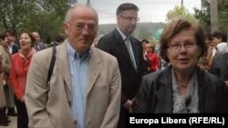Emisarul UE în Moldova Dirck Schubel (centru) şi părinţii săi, la Carbalia.