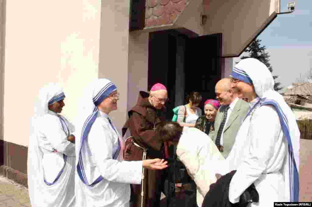Генри Т. Хованец, епископ-эмирит Епархии Пресвятой Троицы в Алматы, в окружении монахинь и прихожан. Алматы, 31 марта 2013 года.