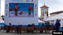 73-летний учитель физкультуры убежден, что попасть на Олимпиаду – это мечта любого человека, даже далекого от спорта. Роланд Джабиев с упоением предвкушает, как будет наблюдать за соревнованиями по биатлону, прыжкам с трамплина и стремительными спусками горнолыжников