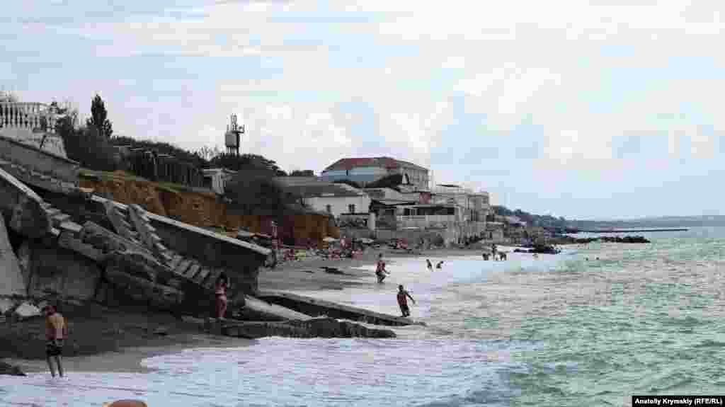 Тем не менее люди продолжают отдыхать у разбитых волнами бетонных плит. Когда-то они были берегоукрепительными конструкциями