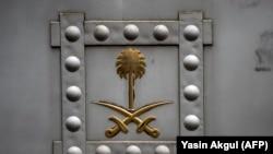 Эмблема на дверях саудовского консульства в Турции. 13 октября 2018 года.