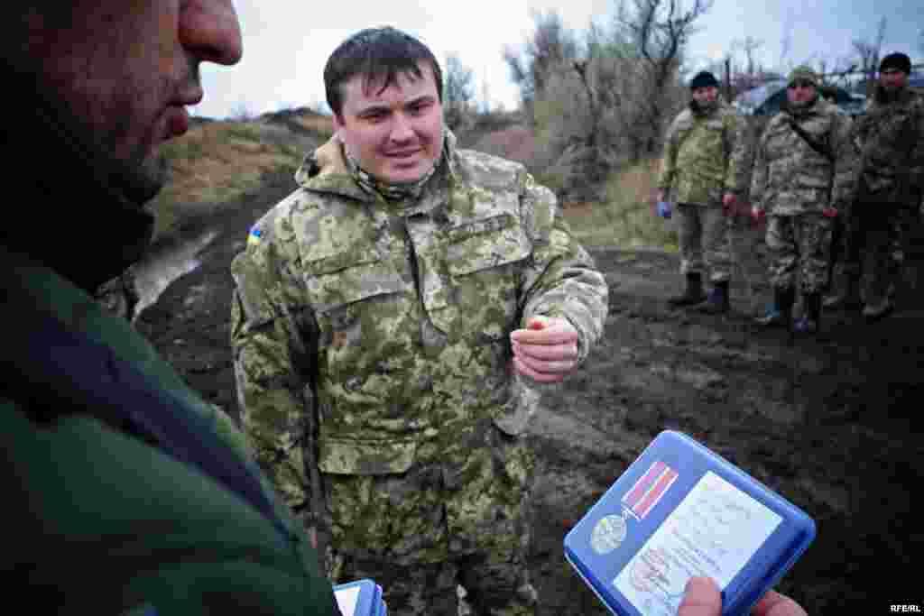 Военные получают награды от представителя министерства обороны Украины за мужество, героизм и преданность Родине.