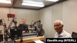 Kimyo fanlari doktori Rustam Nuriddinov Ozodlik studiyasida, orqa planda jurnalist Sarvar Usmon.