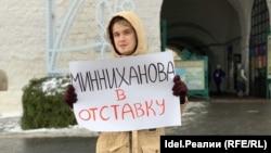 Активист штаба Алексея Навального в Казани во время одиночного пикета против МСЗ