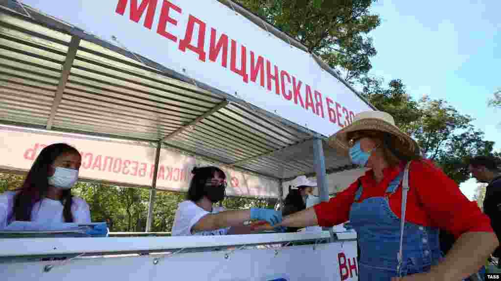 У входа на фестиваль посетителям измеряли температуру и проверяли наличие маски