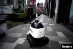 Робот, який пропонує перехожим санітайзер для рук, Шанхай, березень 2020 року