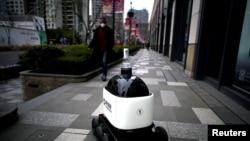 China: un robot cu dezinfectant pentru mâini, într-o zonă comercială.
