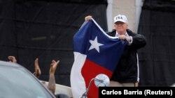 Президент США Дональд Трамп с флагом штата Техас после брифинга в Корпус-Кристи, 29 августа 2017 года