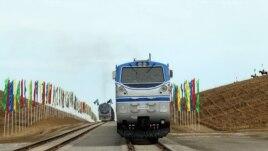 Поезда на железной дороге, связывающей Казахстан, Туркменистан и Иран. Дорога открыта 3 декабря 2014 года.