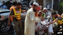 Pakistan - Vullnetarët dhe ekipet emergjente largojnë trupat e viktimave pas shpërthimit të një bombe