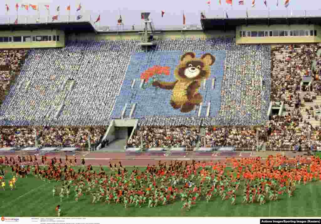 Церемония открытия Игр на центральном стадионе имени Ленина в Москве 24 июля 1980 года. За несколько месяцев до начала Олимпиады Советский Союз вторгся в Афганистан.