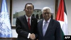 BMG-niň Baş sekretary Ban Ki-mun (Ç) palestin lideri Mahmud Abbas bilen duşuşýar. Ramalla, 21-nji noýabr, 2012 ý.
