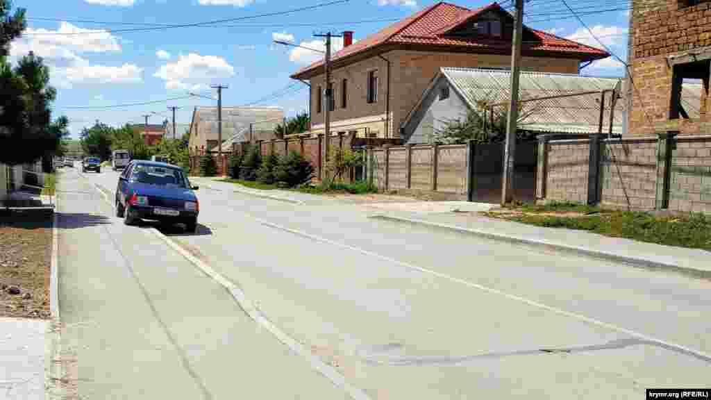 Вулиця Мелевше – одна з небагатьох у мікрорайоні Фонтани, яка була частково асфальтована. Це сталося восени 2019 року. Щоправда, робітники не передбачили жодної зливової решітки