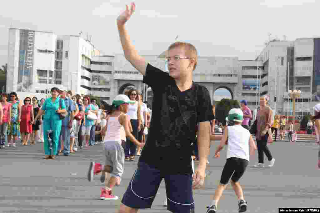 Мальчишки пытаются в точности повторить движения главного танцора.
