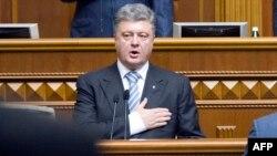 Украинаның жаңа президенті Петр Порошенко ұлықтау рәсімінде ант беріп тұр. Киев, 7 маусым 2014 жыл.